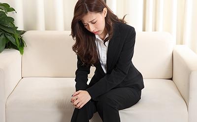 【脚・ひざ】ヒザを痛めてしまったビジネススーツの女性